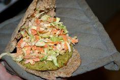 Bagt falafel i pita med coleslaw