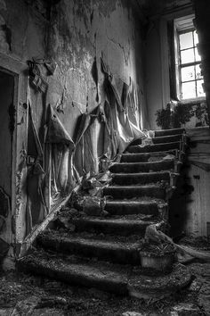 Garthland House & Chapel – Urbex Explore – Abandoned Scotland The Garthland House Staircase – situated on the outskirts of Lochwinnoch, Scotland was built in 1796 for a wealthy land-owner named James Adams. Abandoned Buildings, Abandoned Property, Abandoned Mansions, Old Buildings, Abandoned Castles, Abandoned Places In The Uk, Derelict Places, House Staircase, Grand Staircase