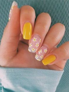 Nail Art - Cute Yellow Style Nail Art For Manicure Ideas Flower designs on nails are always super cute, simple and elegant. They create a really cool effect with its natural texture and design and Spring Nail Trends, Spring Nails, Summer Nails, Winter Nails, Nails Yellow, Yellow Nails Design, Dope Nails, Fun Nails, Hallographic Nails