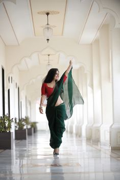 Archanna Guptaa hot saree stills. Indian Model and Actress Archanna Guptaa hot cleavage stills in green saree and red blouse. Beautiful Girl Indian, Beautiful Girl Image, Beautiful Saree, Beautiful Women, Glam Photoshoot, Saree Photoshoot, Bollywood Bikini, Bollywood Actress Hot, Beauty Full Girl