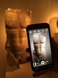 Een torso van een atleet. Deze torso heeft inkepingen aan de linkerkant. Deze sporen zijn in het marmer geslepen door het touw in een waterput waar dit beeld aan bevestigd was.