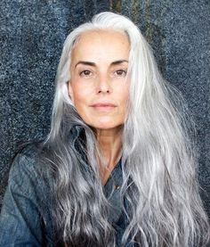 Yasmina Rossi- beautiful with her silver hair Short Permed Hair, Permed Hairstyles, Yasmina Rossi, Long Silver Hair, A Well Traveled Woman, Ageless Beauty, Tips Belleza, Grey Hair, White Hair