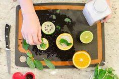 citron coupé en deux avec gros sel et basilic pour désodoriser