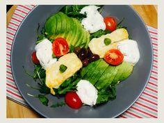 Salata cu branza halloumi si avocado Halloumi, Cobb Salad, Zen, Avocado, Food, Diet, Salads, Lawyer, Essen