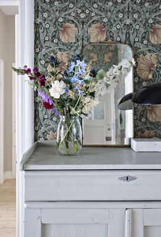William Morris & Co. William Morris Tapet, William Morris Wallpaper, Morris Wallpapers, Foyer Wallpaper, Interior Design History, Motif Art Deco, Glam Living Room, Turbulence Deco, Chimney Breast