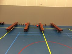 Voetbal bowlen, schiet de bal onder het toverkoord door, en probeer je blokken toren te raken. School Bo, School Teacher, Sport Snacks, Kids Sports Party, Pe Lessons, Kids Gym, Gym Games, Physical Education Games, Motor Activities