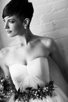 Mit kurzen Haaren lässt sich keine romantische Brautfrisur gestalten? Diese Zeiten sind lange vorbei – kurze Haare liegen bei Frauen jeden Alters im Trend und bieten tolle Möglichkeiten, am Hochzeitstag mit einem schönen Look zu überraschen.
