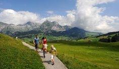 Das Toggenburg wird umrahmt von den mächtigen Massiven der Churfirsten und des Säntis. Die schroffen Felsformationen stehen im Kontrast zum sanften Talgrund. Das sagenumwobene Tal gehört zu den schönsten Wandergebieten der Schweiz. Zahlreiche Bahnen, Bergrestaurants und gut markierte Wege sorgen dafür, dass die mit Topaussichten gesegneten Touren zum Hochgenuss werden. Die Bergtour auf den Chäserrugg macht da keine Ausnahme. Die vorallem im Abstieg technisch anspruchsvolle Wanderung führt…