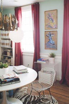 loving this office nook and the art on the background wall. so chic via @Glitter Guide