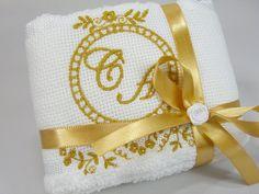 Lembrancinha Toalhinha Floral. Linda lembrancinha!!!!  Ideal para utilizar como lembrancinha de casamentos, noivos, bodas de prata, bodas de ouro ou aniversários.  Incluso a fita em cetim com laço e rococó branco.  Você escolhe a cor do bordado e da fita de cetim.  Tempo de produção depende da quantidade pedida, consulte-nos.  Toalha de Lavabo marca Dohler Tamanho 30 cm X 45 cm R$ 9,50