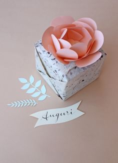 Favor box topped with a beautiful handmade paper flower. Paper Packaging, Pretty Packaging, Gift Packaging, Packaging Ideas, Diy Paper, Paper Crafts, Wrapping Gift, How To Make Decorations, Top Gifts