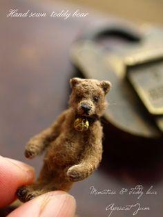adorable little brown bear Vintage Teddy Bears, Cute Teddy Bears, Needle Felted Animals, Felt Animals, Needle Felting, La Petite Boutique, Tiny Teddies, Love Bear, Bear Doll