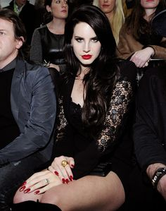 Lana Del Rey at the front row of the Versace Fashion Show. I mean come one how is she even real. Japonesas Hot, Makeup Vintage, Pretty People, Beautiful People, Red Lipstick Looks, Elizabeth Woolridge Grant, Versace Fashion, Versace Dress, Lana Del Ray