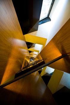 Detalle madera en hueco de escalera principal