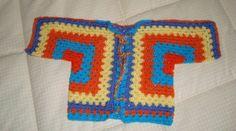Chaqueta hecha a crochet, con dos granys cuadrados. Sencilla y divertida.