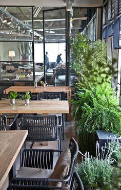 Las mesas y las sillas son informales y juegan con el look industrial y el mueble de oficio.