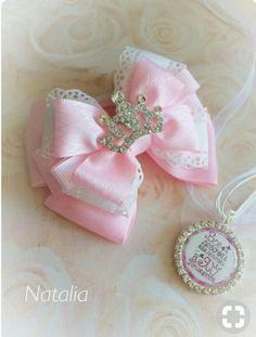 Pink bow with crown Handmade Hair Bows, Diy Hair Bows, Diy Bow, Bracelets Rainbow Loom, Rainbow Loom Charms, Loom Bracelets, Satin Ribbon Flowers, Ribbon Bows, Princess Hair Bows
