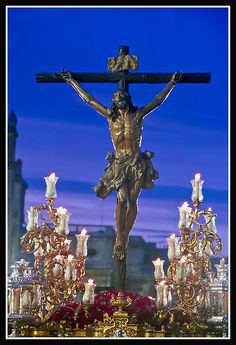 Cristo de la Expiración (El Cachorro). Representa a Cristo en la Cruz, en el momento de expirar.  Paso de estilo neobarroco, iluminado por cuatro candelabros de guardabrisas. La talla es obra de Francisco Antonio Ruiz Gijón en 1682.