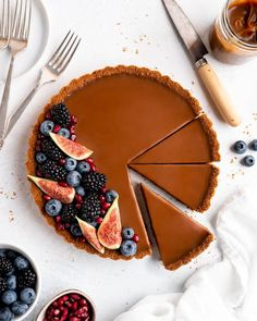This Caramelized White Chocolate Tart features a silky, creamy caramelized white chocolate ganache filling inside a crunchy biscoff crust Köstliche Desserts, Delicious Desserts, Dessert Recipes, Plated Desserts, Healthy Desserts, Dinner Recipes, Chocolate Ganache Filling, Chocolate Cookies, Chocolate Tarts