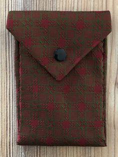 Tunella's Geschenkeallerlei präsentiert: Krawattentascherl - Wenn poppige Krawatten den Zweck ihrer ersten Bestimmung erfüllt haben, kann man ihnen zu neuen Aufgaben verhelfen - groovy, baby... #tunellasgeschenkeallerlei #näherei #krawattentasche #handgemacht Card Case, Wallet, Cards, Baby, Ties, Yarn And Needle, Goodies, To Draw, Gifts