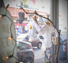 Nonotú abre sus puertas en Valencia Árbol a modo de perchero con ropita de bebé Nonotú