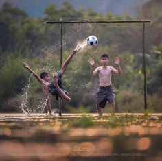 childrens playing football insted of playing video game good solution! Village Photography, Cute Kids Photography, Soccer Photography, Street Photography, Street Football, Football Is Life, Football Art, Sport Football, Naughty Kids