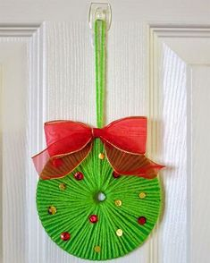 ~ Pin on Rustic X'mas Decoration ~ Use yarn to turn an old CD into a beautiful Christmas wreath. It's fast, easy, and fun! Noel Christmas, Christmas Crafts For Kids, Christmas Projects, Holiday Crafts, Simple Christmas, Christmas Wreaths, Christmas Decorations, Christmas Ornaments, Snowman Ornaments