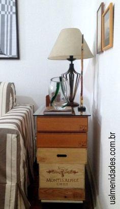 Mesa de canto feita com caixas de vinho