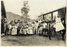 Originarios de la Colonia Tovar. Comunidad celebrando, músicos, niños y jornalero, ca. 1915
