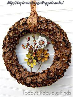 guirlanda feita com flores de pinhas cortadas