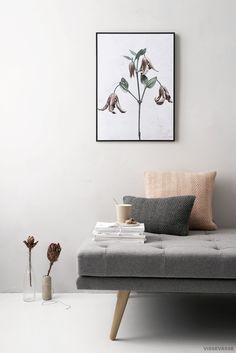 Rose Quartz Decoration: Door middel van kleine aanpassingen zoals kussens en vaasjes kan je makkelijk de Rose trend in huis halen. @Vissevasse stylde Sofacompany's Alex daybed met rose accenten! #sofacompanynl #deensdesign #rosequartz