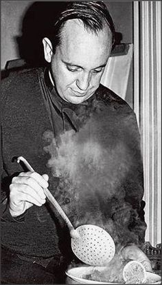 Le jeune Padre Bergoglio en train de préparer la soupe pour les pauvres...