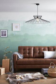 Faites du salon une pièce unique avec un dégradé vert d'eau au mur