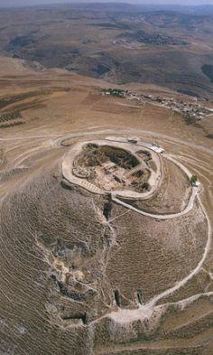 Imagem cedida pela assessoria do governo de Israel (GPO, na sigla em inglês) apresenta uma vista aérea de Herodium, onde antes existia o palácio da fortaleza do rei Herodes, ao sul de Belém, em Israel. Em maio de 2007, uma antiga escadaria usada em procissões fúnebres reais levou um arqueólogo israelense a solucionar um mistério de 2.000 anos, a localização da tumba do rei Herodes, o Grande. A foto foi feita em 8 de maio de 2007.  Fotografia: Yaacov Saar/ GPO/ Reuters..