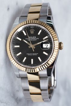 "The Rolex Datejust (Ref. 126333) is equipped with the calibre 3235, a water resistance of up to 100 meters and the name-giving date window at 3 o'clock. In addition, it has a 41 mm case and an Oyster strap in ""Rolesor""-design, as well as a black dial with Baton indices, making the Datejust an absolute all-rounder."