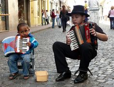 Chiquilines del acordeón - Kinder mit Akkordeon als Straßenmusiker in Argentinien. Ein Foto auf flickr von Felipe Gabaldón. Stichworte: #Accordion #Art #Photography #Duo #Street