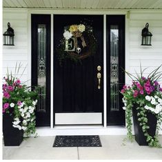 farmhouse front door entrance design ideas tips on selecting your front doors 31 Front Porch Plants, Front Door Planters, Front Porch Flowers, Front Door Porch, Small Front Porches, Farmhouse Front Porches, Front Porch Design, Front Door Entrance, Front Door Decor