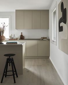Love the simplicity of this timeless, light grey minimalist kitchen. A beautiful limestone countertop and clean lines. Designed and produced by us in our Gothenburg carpentry. Interior Modern, Home Interior, Kitchen Interior, Limestone Countertops, Country Look, Greige, Nordic Kitchen, Beige Kitchen, Beige Cabinets