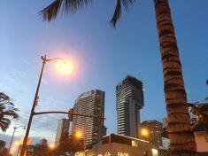 °Mein Lieblingsfoto von Waikiki, vereint alles was Waikiki ausmacht . °My favorite photo of Waikiki, combines everything that makes Waikiki . Ramen Restaurant, Tolle Hotels, Der Bus, Am Meer, Oahu, Hawaii, My Favorite Things, Shopping Mall, Tours