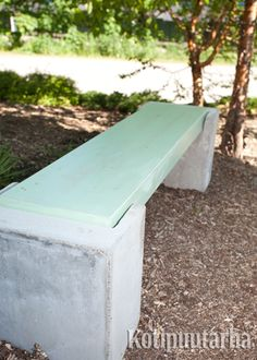 Karun kauniin betonipenkin elementit voi valaa itsekin. www.kotipuutarha.fi