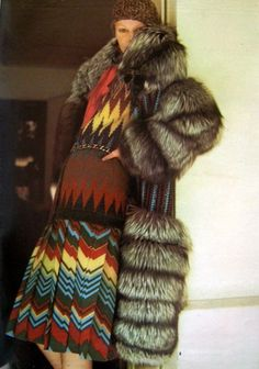 ysl.  manteau en tricot et renard se porte avec une jupe plissée en étamine de laine à chevrons et une blouse en crêpe de Chine. ELLE du 21 août 1972
