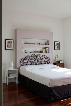 Da cancello a testiera per il letto: ecco un'idea originale di recupero creativo combinata a una soluzione in cartongesso a parete che valorizza la camera.