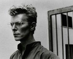 David Bowie et ses lunettes angulaires, lors d'un shooting avec Helmut Newton en 1981. (Photo: Helmut Newton)