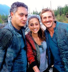 The 100 cast behind the scenes || Raven Reyes, Kyle Wick and Sinclair || Lindsey Morgan, Steve Talley and Alessandro Juliani
