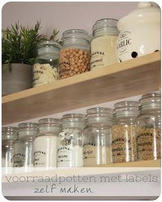 Glazen voorraadpotten met labels