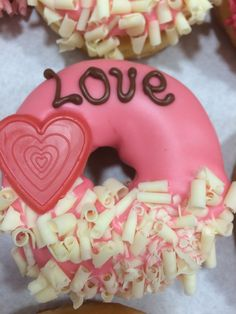 Love is in the air. Easy Cookie Recipes, Sweet Recipes, Donut Company, Donuts Tumblr, Fancy Donuts, Wedding Donuts, Donut Bar, Delicious Donuts, Food Garnishes