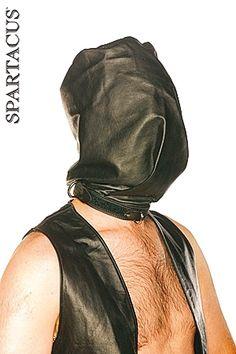 Cagoule intégrale en cuir noir coupée comme un sac. Totalement opaque. Fermeture à la base du cou par une solide sangle cousue.