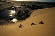 Dunas e falésias são algumas das atrações da praia de Canoa Quebrada, no Ceará.
