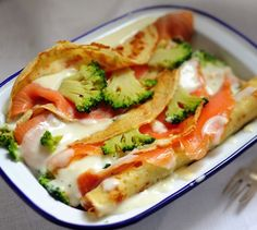 Crêpes roulées au saumon et aux brocolis | Plus de recettes ici : http://www.enviedebienmanger.fr/idees-recettes/recettes-saumon