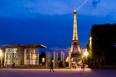 İnsanların hala Paris'in siluetini bozmak ile şehrin simgesi olmak arasında kaldıkları bu yapı dünyanın en çok ziyaret edilen noktası #uzaklaryakin #paris #toureiffel #eiffeltower #city #autumn #throwback #vacation #traveltheworld #bestdiscovery #travel #gezi #photography #photooftheday #photographers_tr #fotograf #europe #seyahat #gezgin #macera #yolculuk #cokgezenlerkulubu #turkishfollowers #yol #instatravel #travelgram #instaturkey #canon